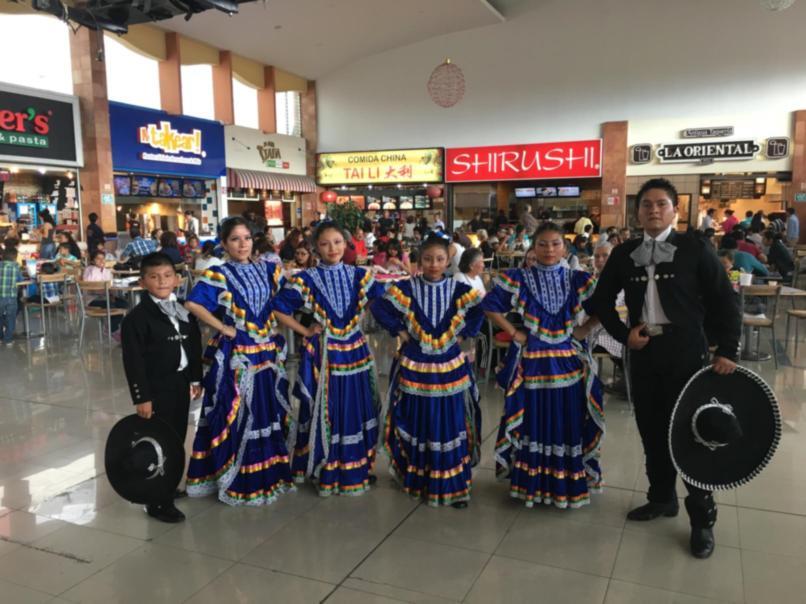 La Compañía de Danza Folklórica Maceualoyan se presentó con éxito en Plaza Dorada, la interpretación de los pequeños bailarines lleno de aplausos el Fast Food del centro comercial